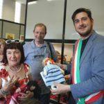 Il sindaco Roberto Ciappi con la presidente Unicef Firenze Rossella Di Bella e la Pigotta in dono