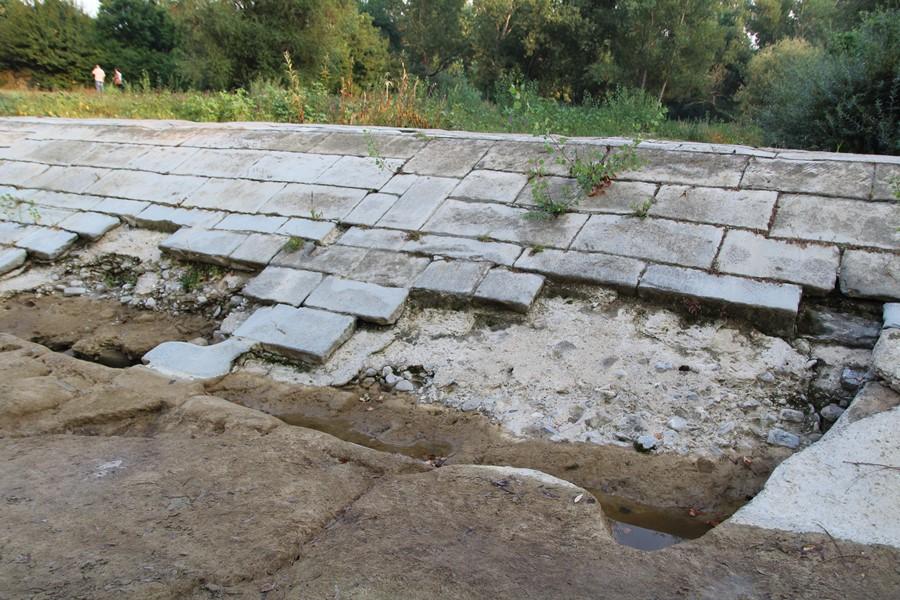 La pescaia oggi nella zona in cui le lastre di pietra sono state trascinate via